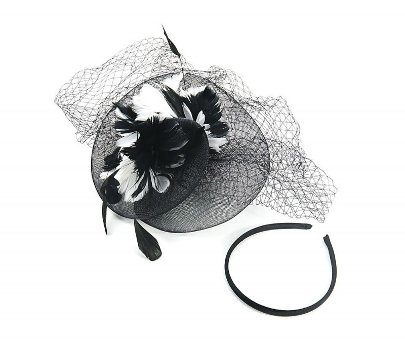 Black and white feathers. With a clip fastening and removable headband Races